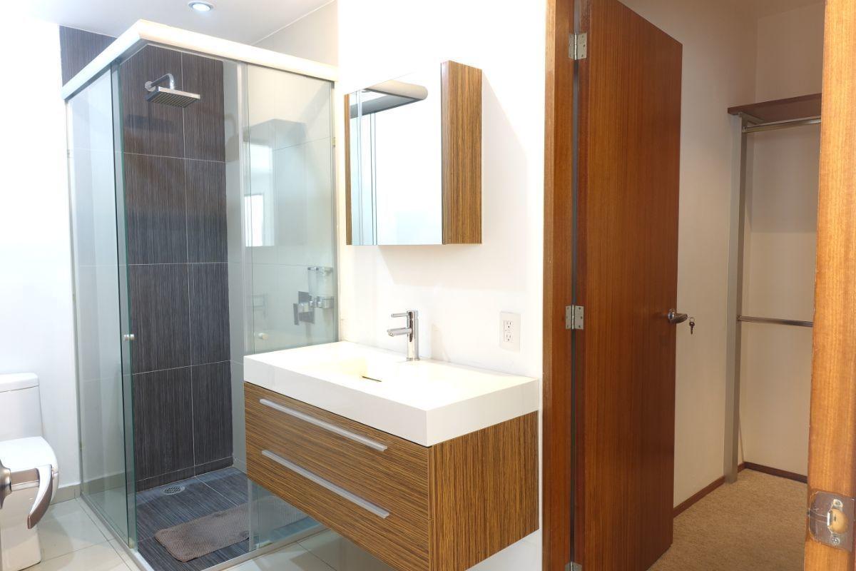 4 de 27: Baño completo con vestidor