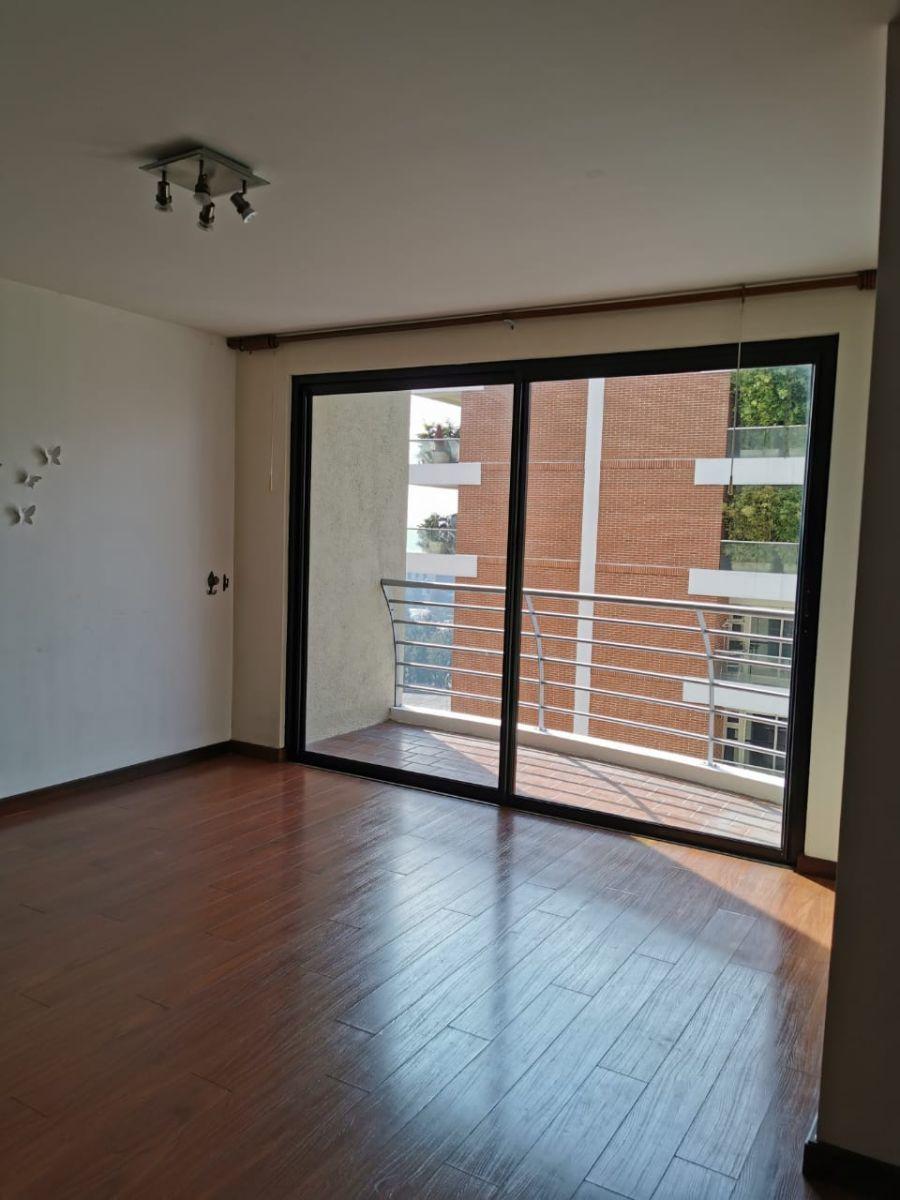 4 de 5: Sala con balcón