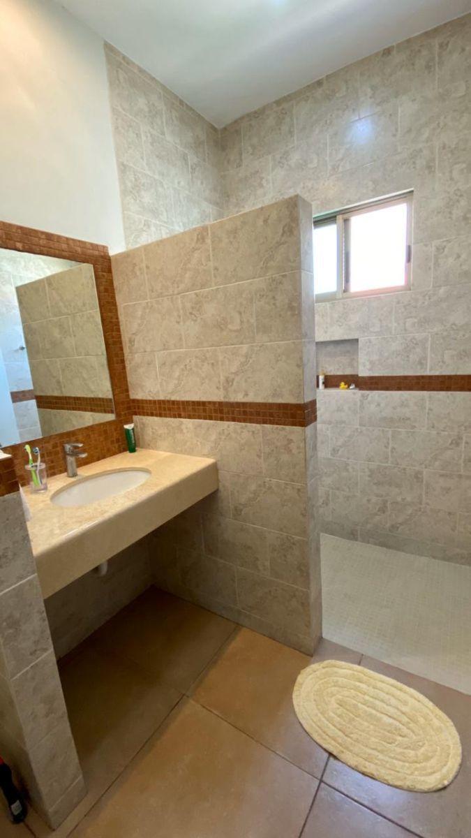 15 de 32: Baño de recámara 1 y recámara 2 (el diseño es el mismo)