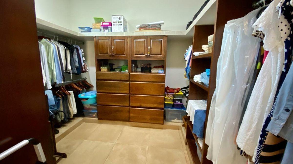 19 de 32: Closet vestidor de recámara principal