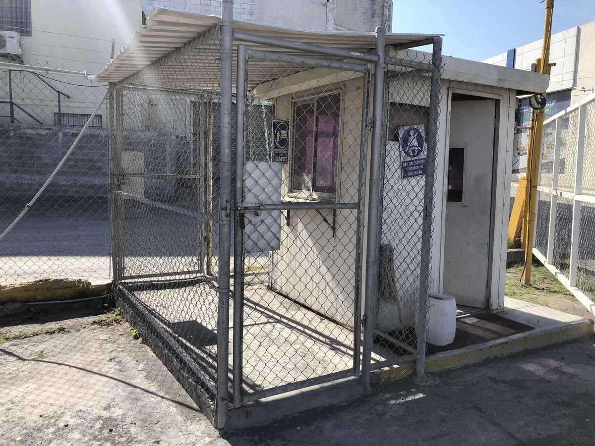 8 de 31: Caseta de acceso con doble puerta