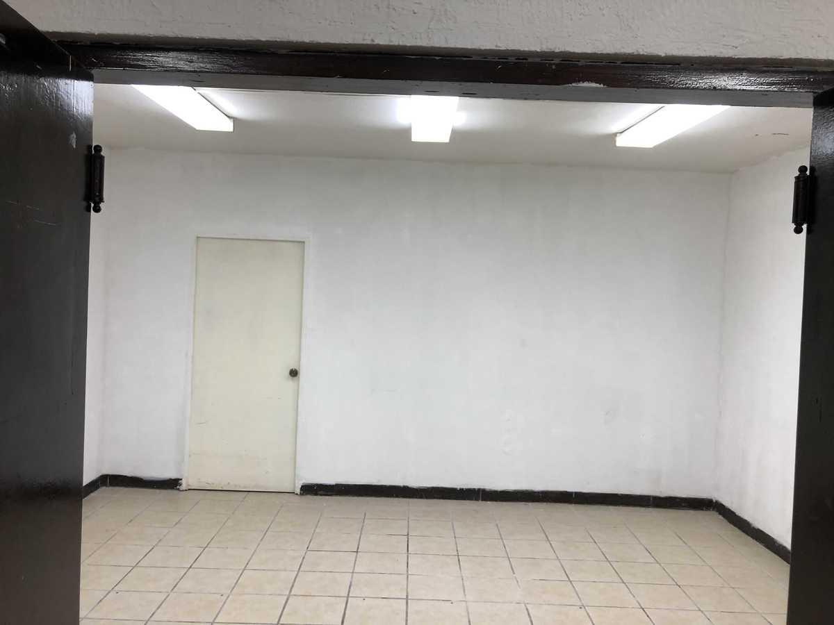 22 de 31: Sala de juntas con cuarto para bodega
