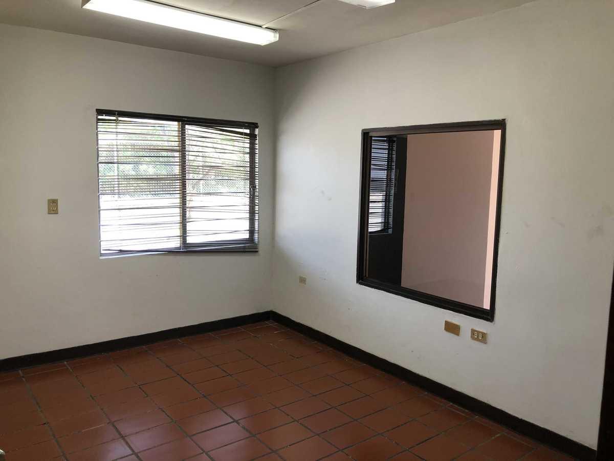 20 de 31: Oficina 2 con ventana hacia área de recepción