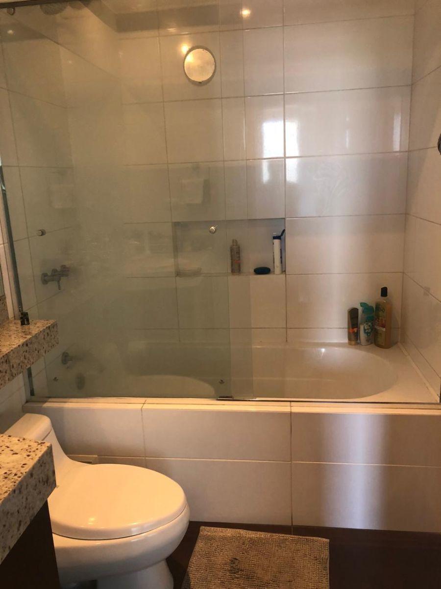 13 de 17: Baño principal con tina