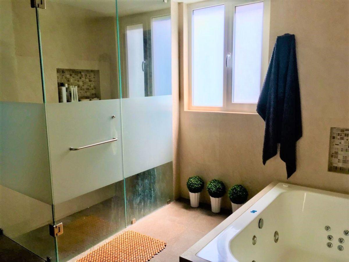 14 de 17: amplio baño con jacuzzi para hab. principal