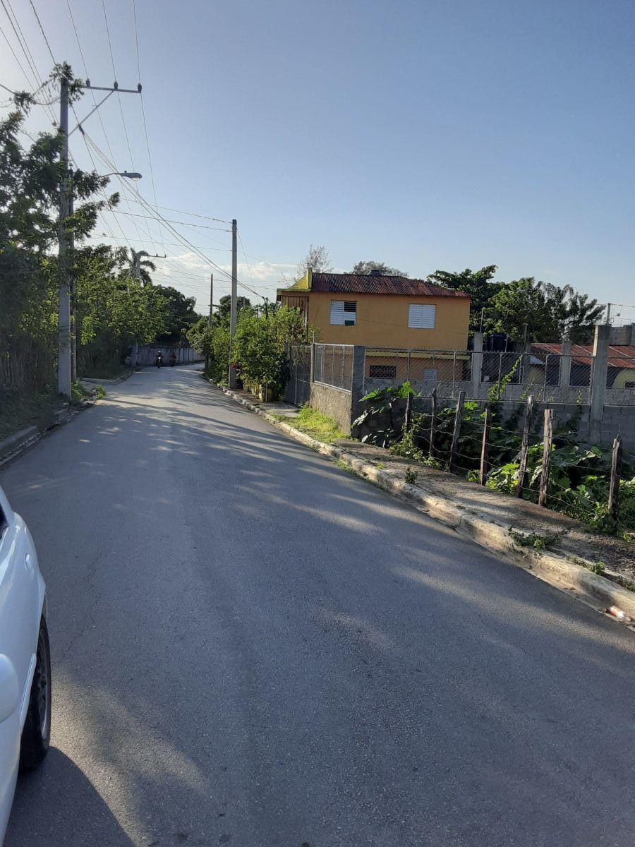 1 de 2: Vista de la calle frente al solar