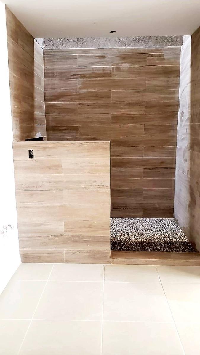 15 de 25: Detalle de Baño con piedra y cerámico
