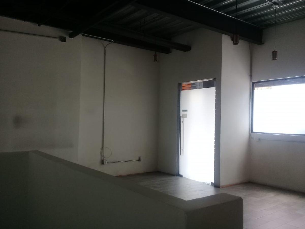 5 de 10: oficina y puerta de acceso