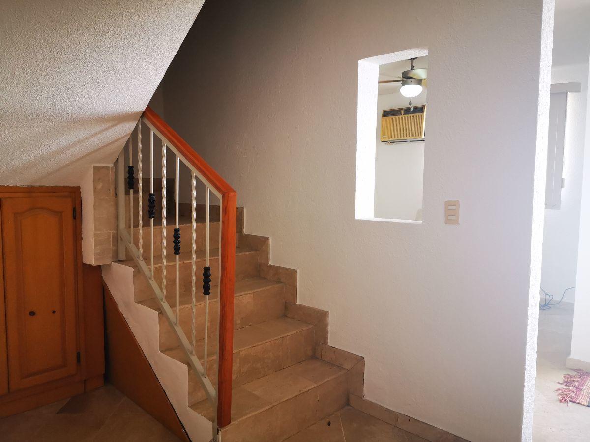 11 de 19: escalera, area para guardar, con puertas de madera