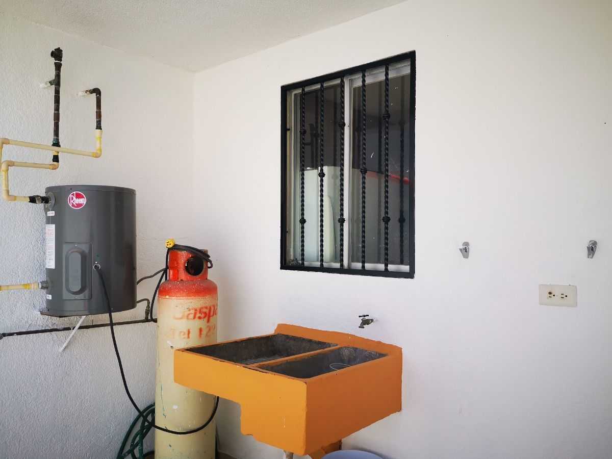 15 de 19: patio trasero area lavadero, boyler