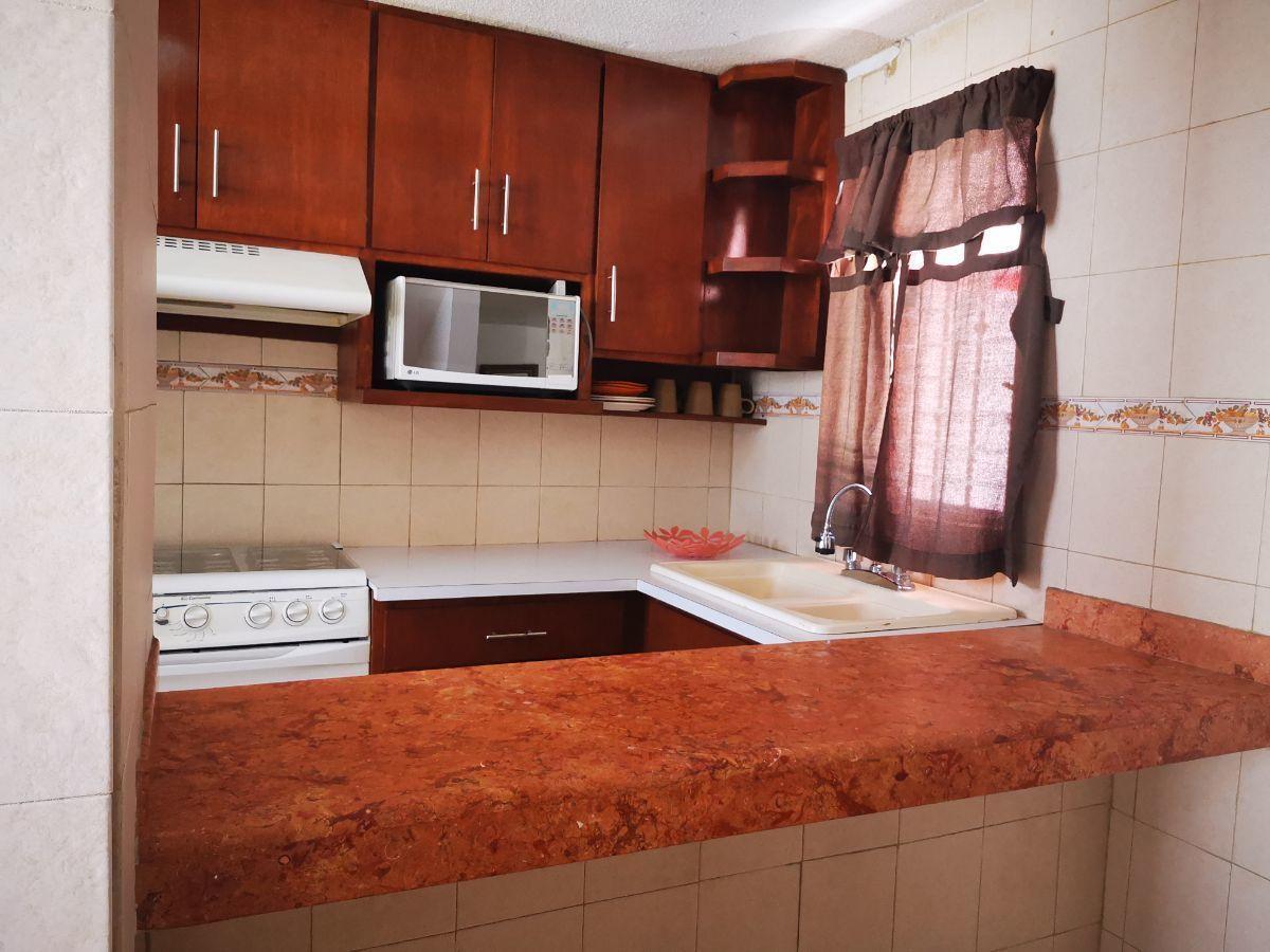 2 de 19: area cocina con cocina integral de madera y barra