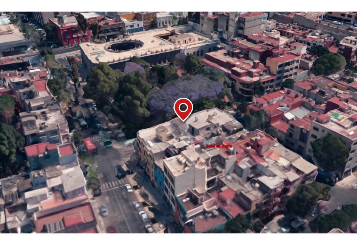 4 of 15: Entre el inmueble y el Museo de San Carlos existe un parque