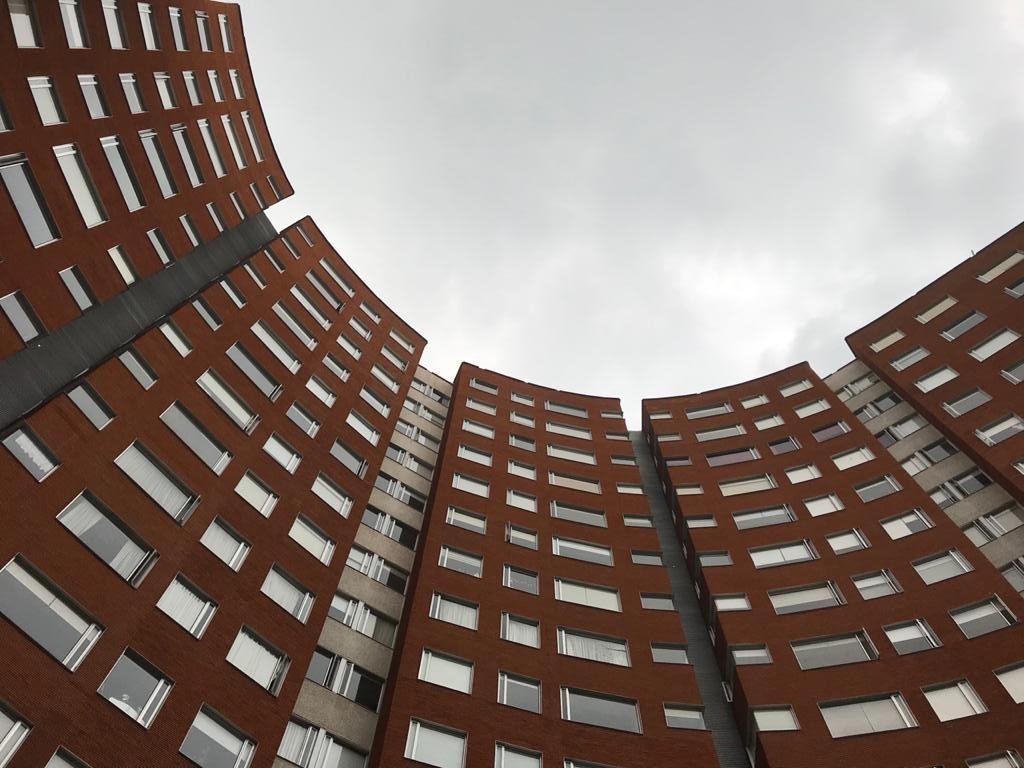 2 de 17: Vista del Conjunto de Torres con Arquitectura Vanguardista