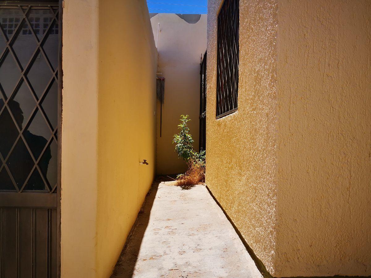 8 de 12: pasillo atraz de local para accesar a patio de casa
