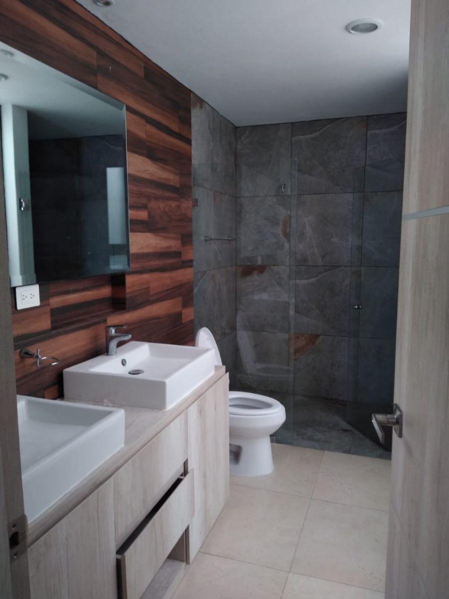 12 de 13: Baño principal con doble lavabo.