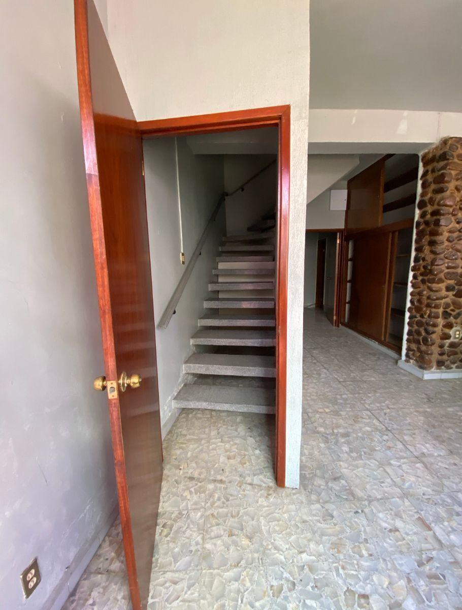 7 de 16: Escaleras hacia primer piso