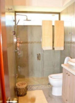 8 de 9: Baño equipado con mamparas de vidrio