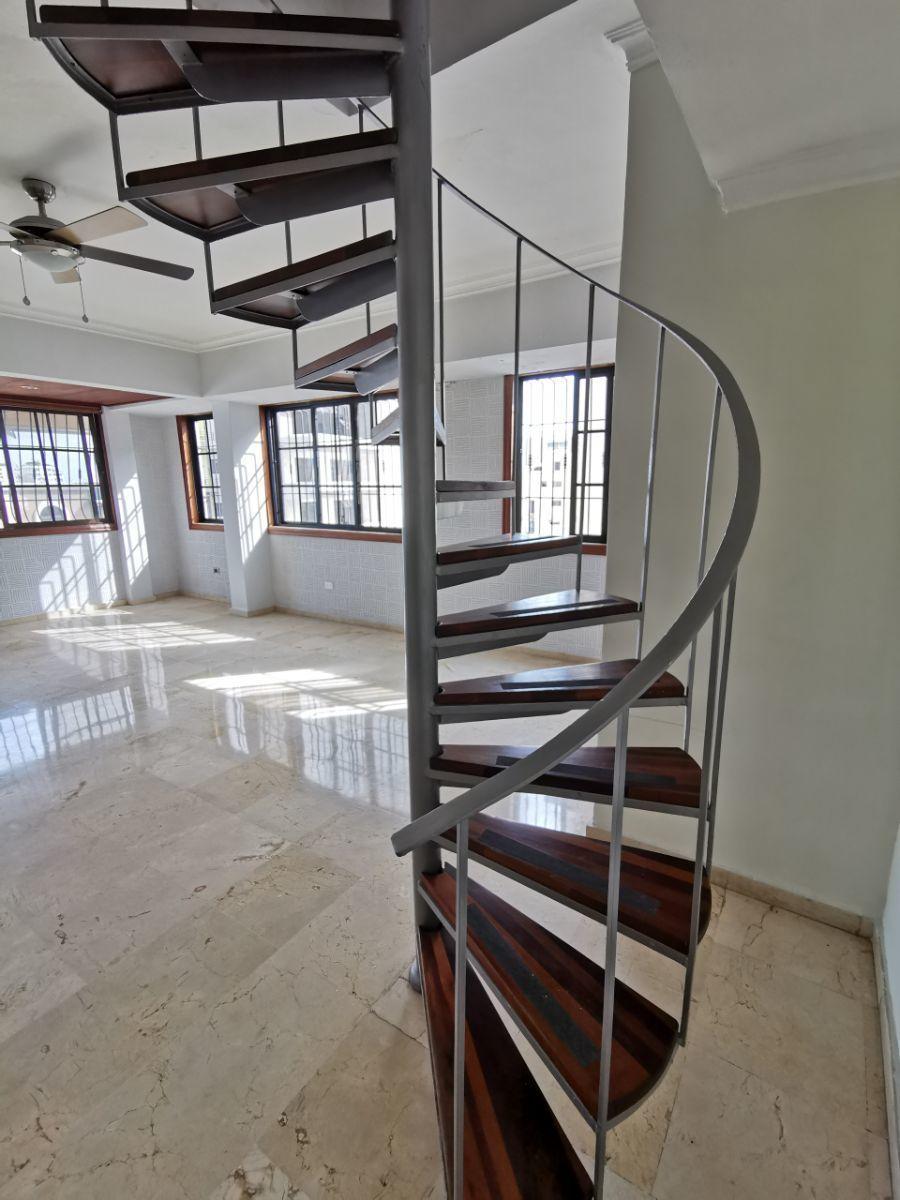 14 de 27: Escalera hacia 2ndo piso