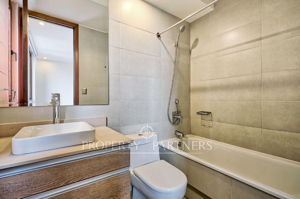 15 de 21: Baño en suite dormitorio 2 con luz natural (baño 3 igual)