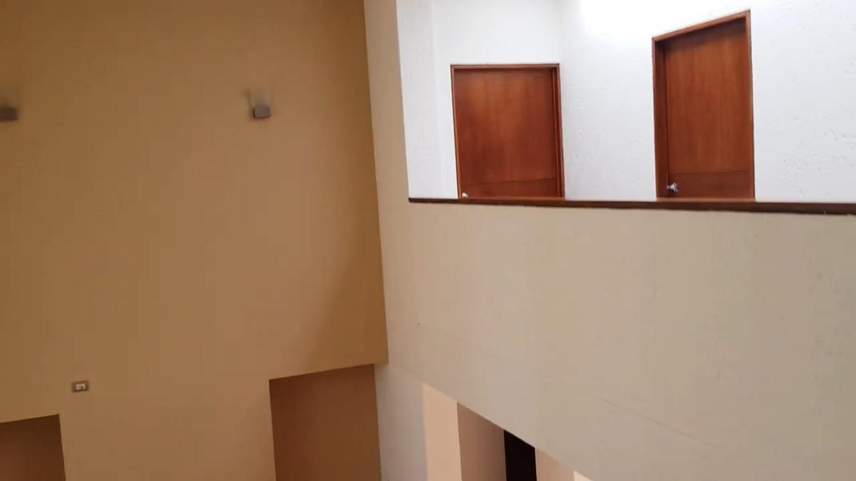 18 de 26: techo a doble altura en sala