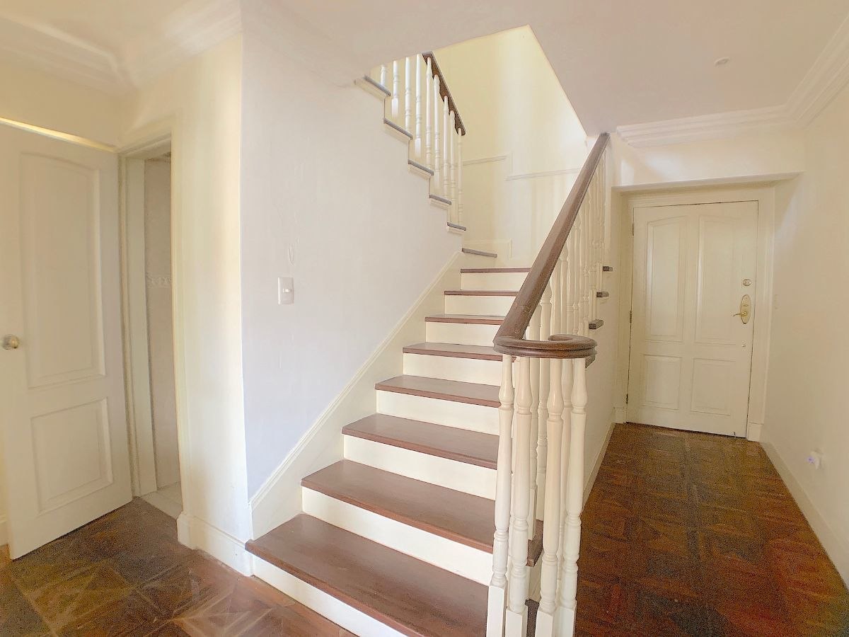 10 de 12: Escalera acceso al 2do. nivel