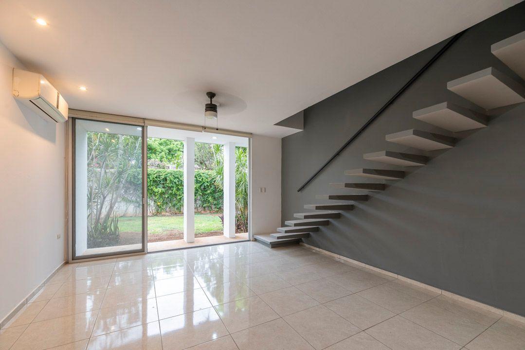 1 de 14: Area social, para sala-comedor y escaleras al segundo piso