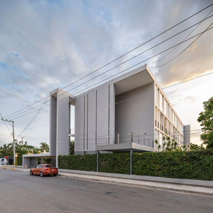 12 de 14: Fachada del edificio y entrada vehicular