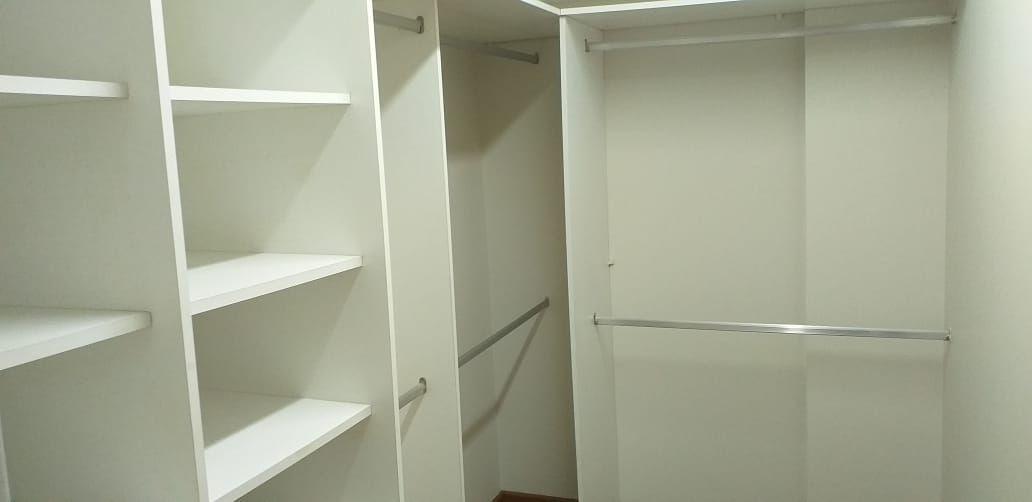 12 de 37: Walk in closet 2