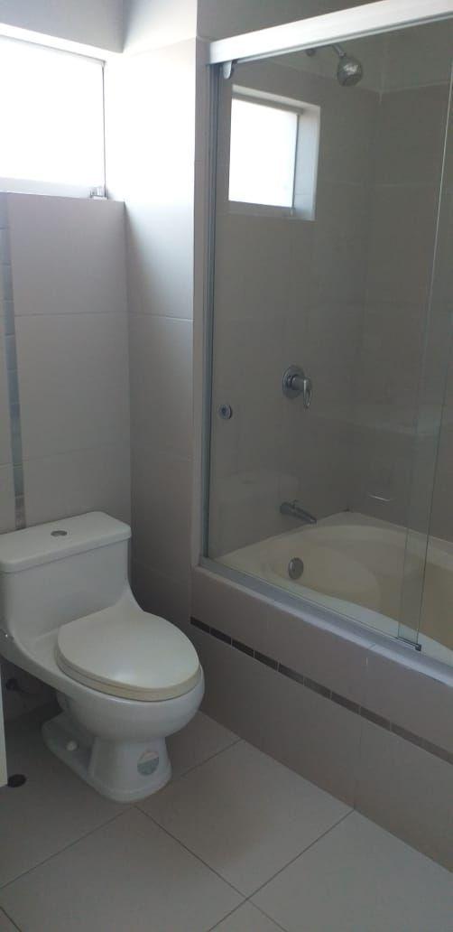 19 de 37: Baño dormitorio 2
