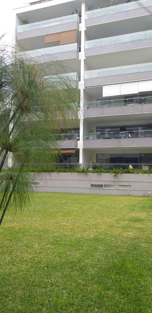 1 de 37: Fachada edificio con vista a jardín