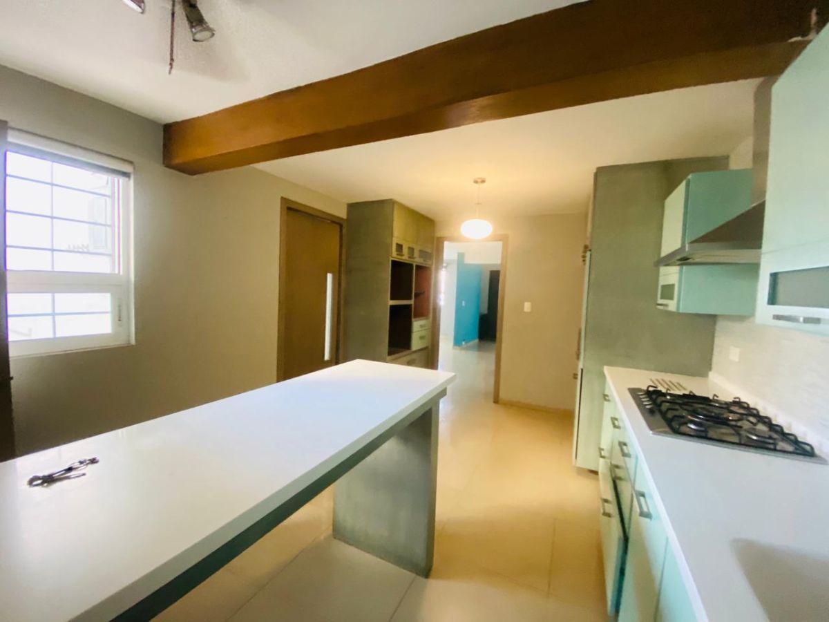 16 de 43: cocina, acceso con puerta abatible a comedor