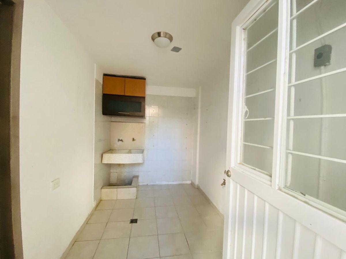 19 de 43: cuarto de lavanderia, con salida al patio trasero