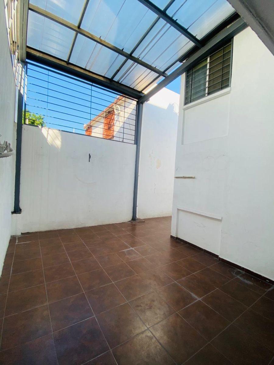 21 de 43: patio trasero, protegido y techado
