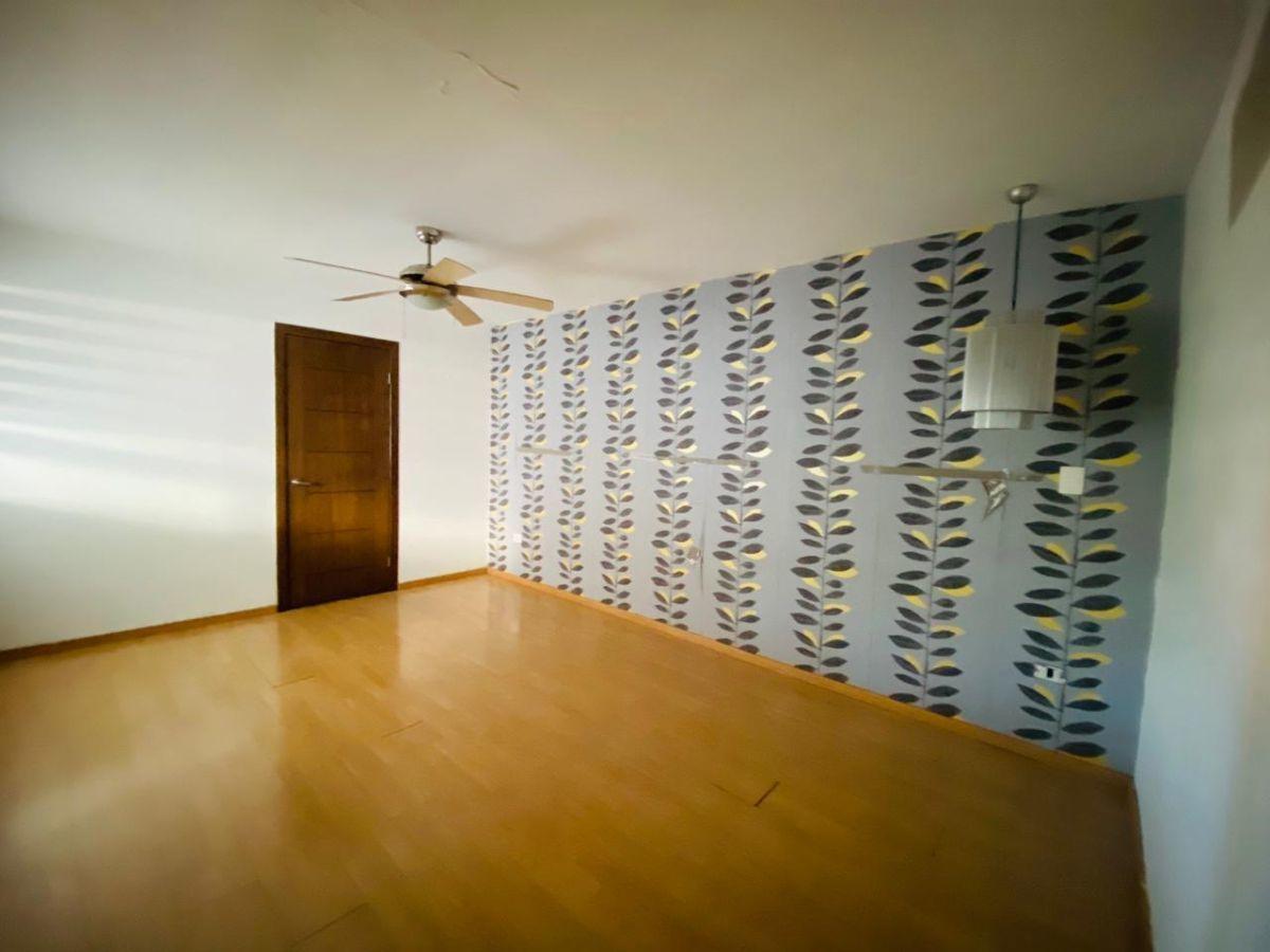 33 de 43: recámara principal con abanico de techo y walk-in closet