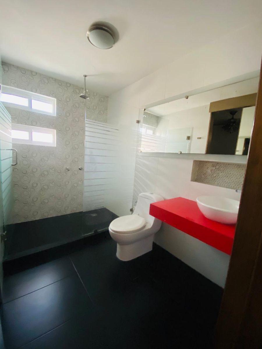 35 de 43: baño completo de recámara principal
