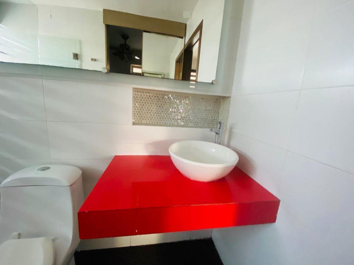 37 de 43: baño completo de recámara principal