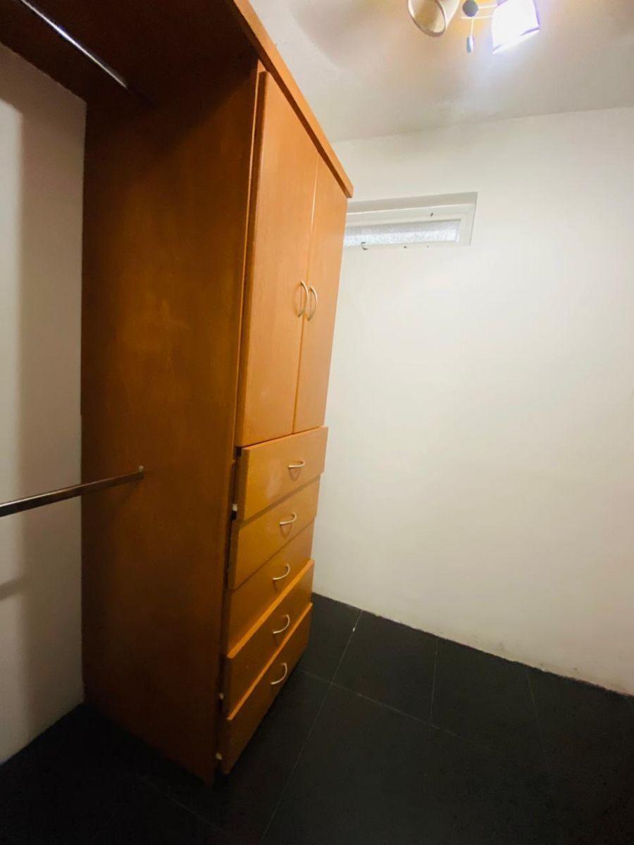 39 de 43: walk-in closet de recámara principal