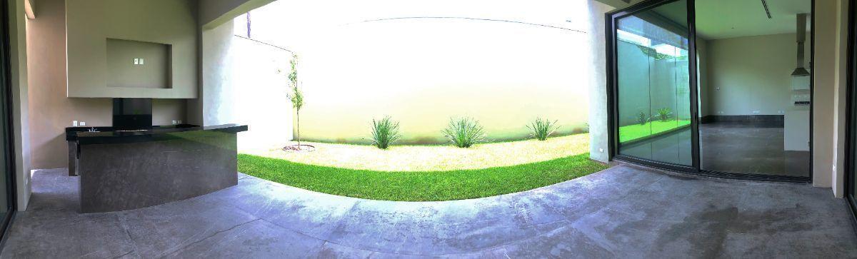 3 de 33: Jardín con terraza y asador