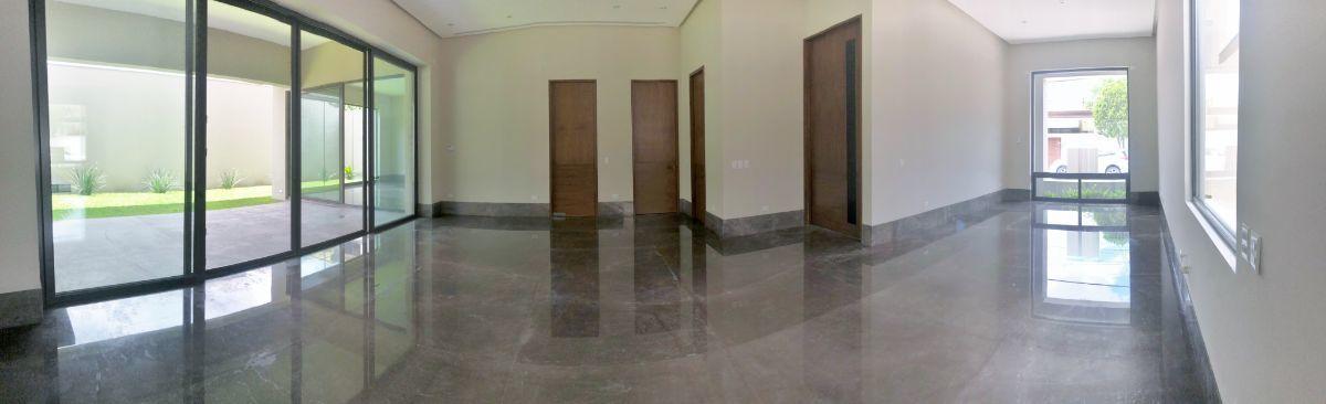 2 de 33: Amplio espacio en área de sala, comedor y bar