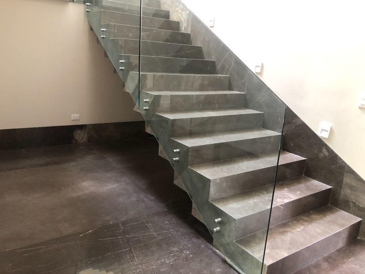 16 de 33: Escaleras con iluminación y pasamanos de vidrio templado