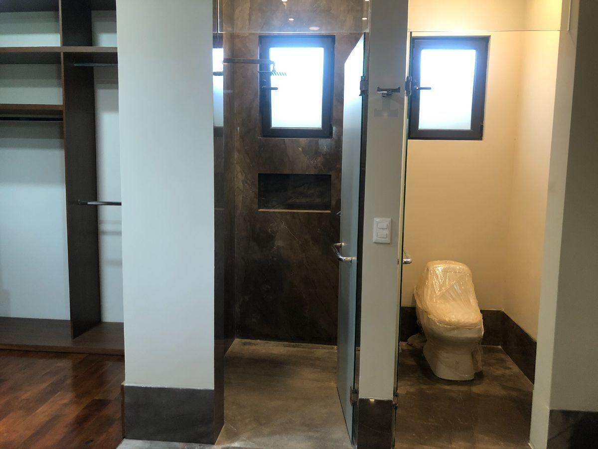 19 de 33: Regadera y WC con cancelería en baño de recámara 1