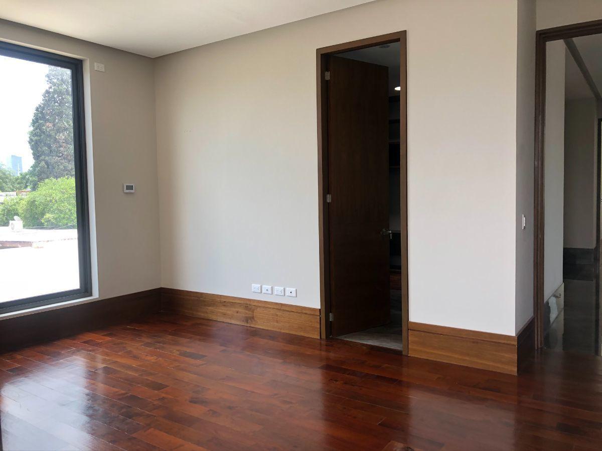 21 de 33: Recámara 2 con piso de madera (ventana al oriente)