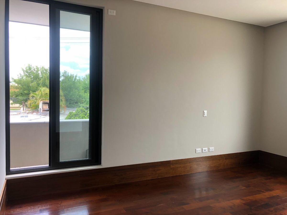 22 de 33: Recámara 2 con piso de madera (ventana al norte)