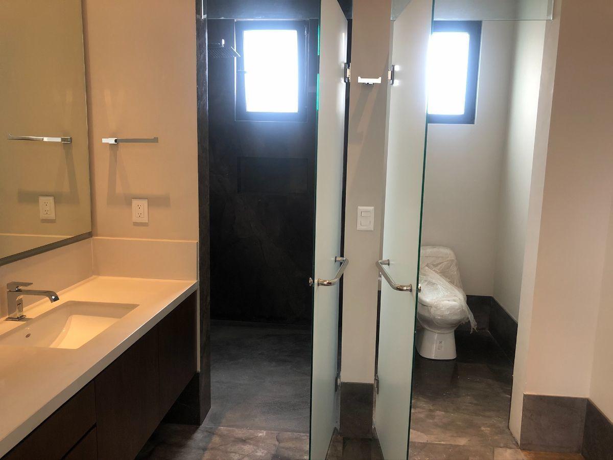 27 de 33: Baño en recámara principal, regadera y WC con cancelería