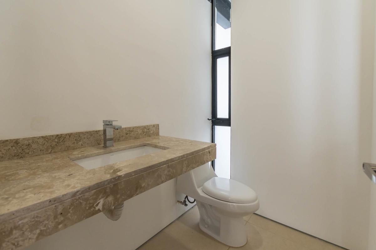 13 de 32: Medio baño de visitas en PB