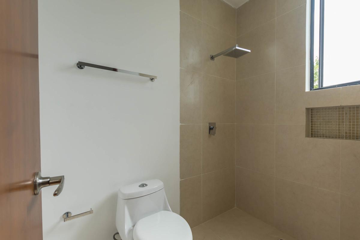 19 de 32: Baño y regadera separados del walk-in clóset y doble lavabo