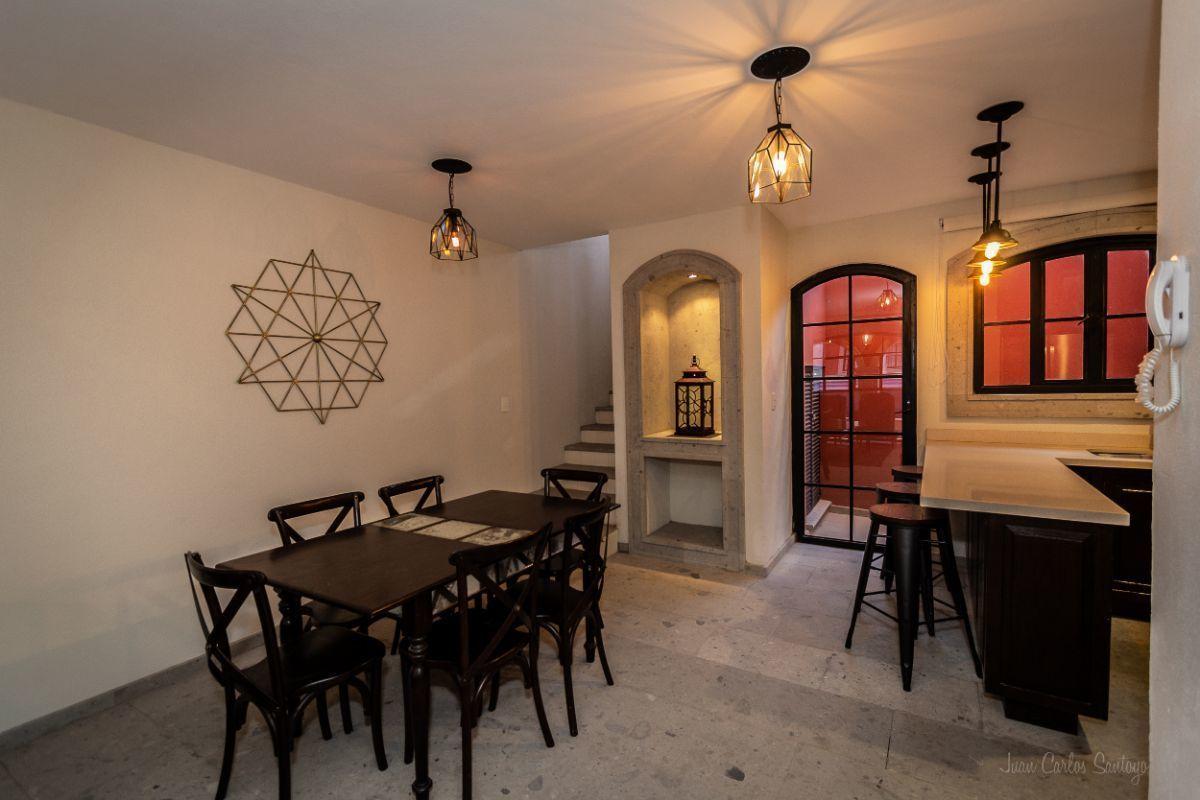 2 of 10: Ample dining room / Amplio comedor