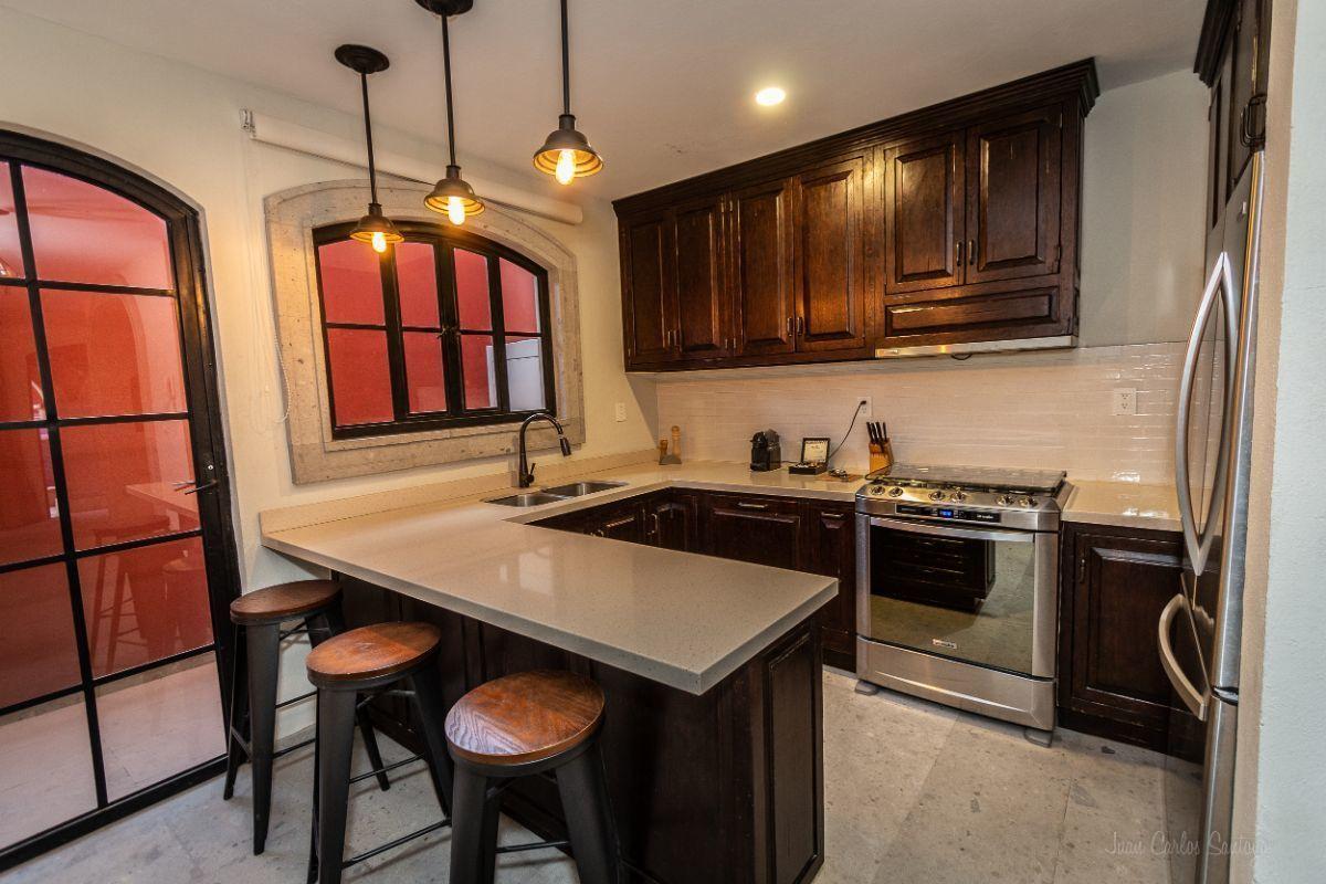 3 of 10: Quartz countertop kitchen / Cocina con barras de cuarzo