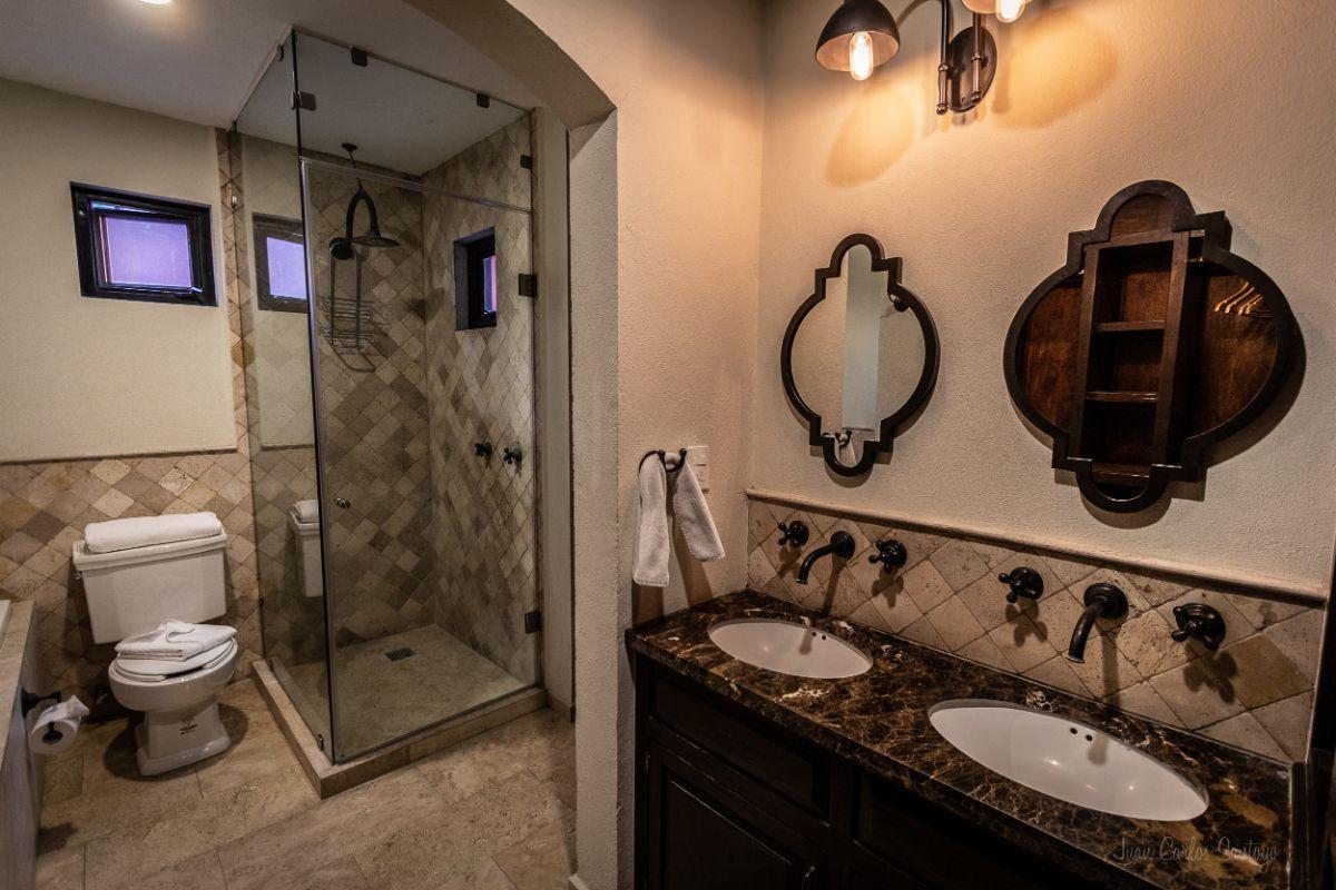 5 of 10: Marble bathroom / Baños de mármol