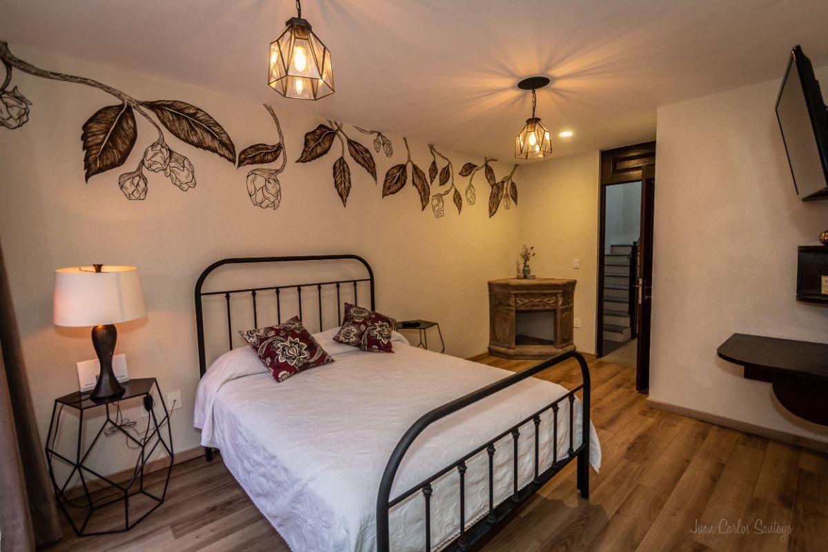 6 of 10: Master bedroom w/ fireplace/ Recámara principal con chimenea
